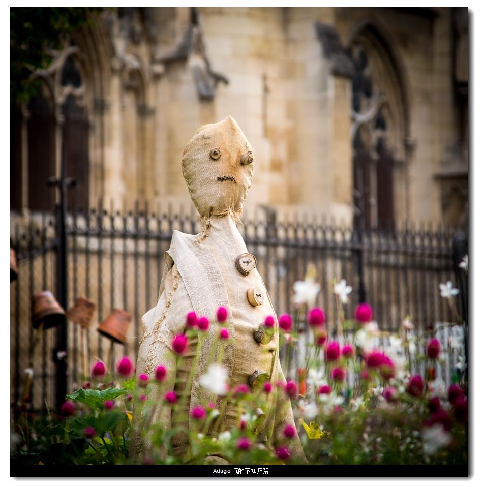 巴黎圣母院边上奇怪的假人