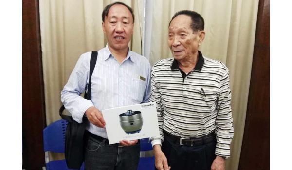 袁隆平向国际水稻专家赠送卡萨帝电压力煲